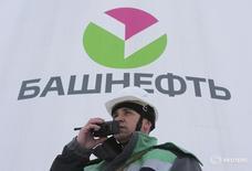 Рабочий на заводе Башнефти блих села Шушнур 28 января 2015 года. Башнефть планирует удерживать добычу нефти на зрелых месторождениях Башкирии на уровне 16,7 миллиона тонн, сказал в четверг президент компании Александр Корсик. REUTERS/Sergei Karpukhin