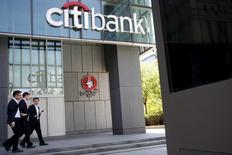 Citigroup, à suivre jeudi sur les marchés américains. La grande majorité des banques participantes ont passé haut la main les tests de résistance imposés par la Réserve fédérale, y compris certaines qui avaient eu des difficultés par le passé. /Photo prise le 18 avril 2016/REUTERS/Kim Kyung-Hoon