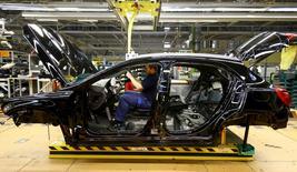 """Un empleado de la automotora alemana Mercedez Benz trabaja en la línea de producción de la compañía en Rastatt, Alemania. 22 de junio de 2016. Las ventas minoristas de Alemania subieron en mayo y el desempleo cayó aún más en junio, debido a que los consumidores y las compañías impulsaron el crecimiento en la mayor economía de Europa, donde su reconocido sector de ingeniería no ha sido impactado de inmediato por la votación del """"Brexit"""". REUTERS/Kai Pfaffenbach/File Photo"""