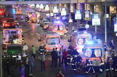Paramédicos ajudam feridos fora do Istanbul Ataturk, maior aeroporto da Turquia, após explosão fatal 28/06/2016 REUTERS/Ismail Coskun/IHLAS News Agency