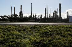 НПЗ компании Chevron в Кейптауне. 30 июня 2016 года. Цены на нефть упали примерно на 2 процента в ходе торгов четверга на фоне восстановления добычи в Нигерии и Канаде, а также фиксации трейдерами прибыли в преддверии длинных выходных в США. REUTERS/Mike Hutchings