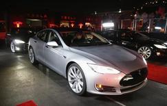 Автомобиль Tesla Model S на тест-драйве в Калифорнии. Федеральный регулятор США начал расследование ДТП со смертельным исходом, в ходе которого погиб водитель двигавшегося на автопилоте электромобиля Tesla Motors Inc Model S, сообщили власти и Tesla в четверг. REUTERS/Lucy Nicholson