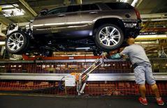 Un trabajador en la planta de General Motors en Arlington, EEUU, jun 9, 2015. Las fuertes ventas de camionetas y vehículos suburbanos pusieron a la industria automotriz de Estados Unidos en camino a anotar su mejor mes de junio en más de una década, pese a una caída de las ventas de General Motors.  REUTERS/Mike Stone