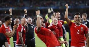 Jogadores do País de Gales comemoram vitória sobre Bélgica.  1/7/16. REUTERS/Carl Recine