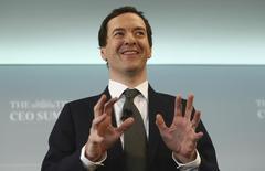 El ministro de Finanzas británico, George Osborne, planea recortar los impuestos corporativos a menos de un 15 por ciento en un intento por compensar el impacto sobre los inversores de la decisión del país por abandonar la Unión Europea, informó el domingo el diario Financial Times. En la imagen, George Osborne durante una conferencia en Londres, el 28 de junio de 2016.  REUTERS/Neil Hall