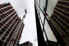 Le secteur de la construction en Grande-Bretagne a subi en juin sa plus forte contraction depuis sept ans, victime de la montée des inquiétudes autour du référendum sur le maintien ou non du Royaume-Uni dans l'Union européenne, selon une enquête menée avant le vote du 23 juin en faveur d'une sortie. L'indice PMI de la construction est revenu à 46,0, son plus bas niveau depuis juin 2009, contre 51,2 en mai. /Photo prise le 27 juin 2016/REUTERS/Neil Hall