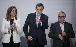 Tras anunciar la semana pasada que usó 8.700 millones de euros del fondo de reserva de la Seguridad Social para pagar las pensiones de julio, el Gobierno español dijo el lunes que volverá a recurrir al mismo fondo a finales de este año. En la foto de archivo, la ministra de Empleo, Fátima Bañez, junto con el presidente de Gobierno, Mariano Rajoy (c.) y el anterior secretario general de CC.OO., Ignacio Fernández Toxo, en el palació de la Moncloa el 15 de diciembre de 2014. REUTERS/Andrea Comas
