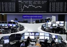 Las bolsas europeas pusieron fin el lunes a una racha alcista de cuatro días, con un castigo al sector bancario que contrarrestó los avances de unas mineras impulsadas por el encarecimiento de los metales.  En la imagen, unos operadores en la Bolsa de Fráncfort, el 30 de junio de 2016. REUTERS/Staff/Remote