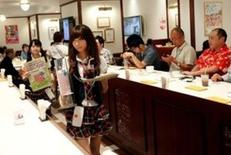 La actividad del sector de servicios de Japón se contrajo en junio debido a que los nuevos negocios cayeron a su mayor ritmo en casi cinco años, lo que se sumó a las preocupaciones de que la economía esté perdiendo impulso debido a un menor gasto de los consumidores, mostró el martes un sondeo privado. En la foto de archivo, camareras atienden a clientes en el café AKB4B en Tokio el 5 de junio de 2012.   REUTERS/Kim Kyung-Hoon/File Photo