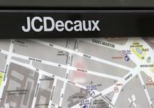 JCDecaux, qui a annoncé que sa filiale MédiaKiosk avait renouvelé le marché des kiosques de presse de Paris, à suivre mardi à la Bourse de Paris. /Photo d'archives/REUTERS/Jacky Naegelen