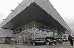 Салон Hyundai в Санкт-Петербурге. 15 января 2013 года. Третий по объемам продаж в РФ автопроизводитель корейский Hyundai Motor снизил продажи в РФ июне 2016 года на 2,3 процента до 12.001 штуки, следует из сообщения компании. REUTERS/Alexander Demianchuk