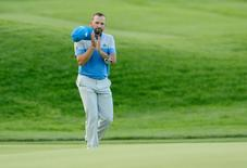 Sergio Garcia acknowledges the crowd as he walks to the 18th green during the final round of the U.S. Open golf tournament at Oakmont Country Club. Mandatory Credit: Michael Madrid-USA TODAY Sports - RTX2H2XE
