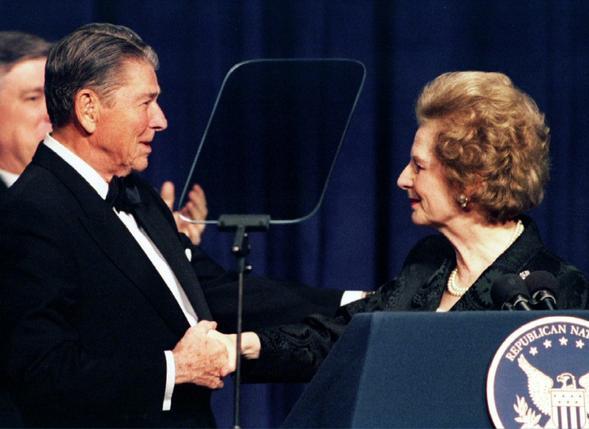 故レーガン元米大統領と故サッチャー元英首相。1994年2月に米ワシントンで撮影(2016年 ロイター/Mike Theiler)