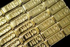 Золотые слитки в Вене. Цена золота стабилизировалась в четверг после ралли до максимума с марта 2014 года днем ранее на фоне опасений по поводу последствий выхода Великобритании из ЕС, а усиление доллара и рынка акций ограничивает рост цен на металл.  REUTERS/Leonhard Foeger