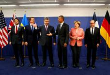 Italy's Prime Minister Matteo Renzi (L-R), Britain's Prime Minister David Cameron, Ukraine's President Petro Poroshenko, U.S. President Barack Obama, Germany's Chancellor Angela Merkel and France's President Francois Hollande stand for a photograph after their meeting alongside the NATO Summit in Warsaw, Poland, July 9, 2016. REUTERS/Jonathan Ernst - RTSH35F