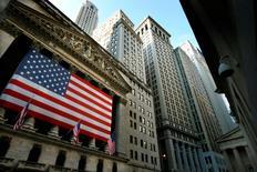Wall Street tourne son attention vers les résultats d'entreprises cette semaine et espère de bonnes surprises du côté des valeurs bancaires pour permettre à l'indice Standard & Poor's-500 de battre ses records. /Photo d'archives/REUTERS/Mike Segar