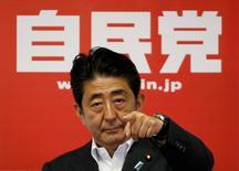 Le Premier ministre japonais, Shinzo Abe, a donné lundi le coup d'envoi d'un nouveau plan de relance budgétaire après la victoire nette de la coalition qu'il conduit aux élections sénatoriales de dimanche. /Photo prise le 11 juillet 2016/REUTERS/Toru Hanai
