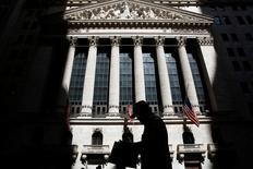 La Bourse de New York a fini en hausse lundi, continuant de profiter de l'effet stimulant de la solide statistique de l'emploi publiée vendredi dernier, et l'indice S&P-500 a inscrit un nouveau record de clôture. Le Dow Jones a pris 0,44%, à 18.225,91 points. /Photo prise le 11 juillet 2016/REUTERS/Brendan McDermid