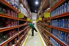 Un hombre mira productos dentro de la tienda Zona+ en La Habana. 11 de julio de 2016. Cuba abrió un tienda en La Habana que podría llegar a convertirse en la primera mayorista para el incipiente sector privado, con una oferta de productos a granel y con precios menores que en las minoristas. REUTERS/Enrique de la Osa