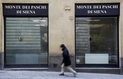 El ministro italiano de Finanzas buscó quitar hierro el martes a las preocupaciones de que el golpeado sector bancario de su país sea un riesgo para la zona euro y dijo que se están exagerando las necesidades de recapitalización de los bancos con más problemas. Imagen de una oficina de Monte dei Paschi en Siena, en el centro de Italia, el 29 de enero de 2016.  REUTERS/Max Rossi
