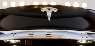 """Elon Musk, le directeur général de Tesla Motors, a déclaré que le constructeur de voitures électriques n'avait pas l'intention de désactiver la fonction de """"pilotage automatique"""" de ses véhicules après l'accident mortel impliquant une Model S dont le conducteur l'avait activée. /Photo d'archives/REUTERS/Hannibal Hanschke"""
