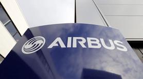 Airbus, qui a engrangé pour 20 milliards de dollars (18 milliards d'euros) de commandes mardi au deuxième jour du salon de Farnborough, à suivre mercredi à la Bourse de Paris. /Photo d'archives/REUTERS/Régis Duvignau