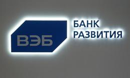 Логотип ВЭБа на стенде банка на экономическом форуме в Санкт-Петербурге. 16 июня 2016 года. Финансовая госкорпорация Внешэкономбанк может привлечь трехлетний синдицированный кредит от китайских банков в то время, как западные рынки долгового капитала для нее закрыты из-за санкций. REUTERS/Sergei Karpukhin