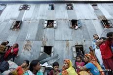 Люди ждут расселения в Дакке 2 июня 2010 года. Россия согласилась выделить госкредит Бангладеш на строительство первой в стране АЭС, общие инвестиции в которую оцениваются в $12,65 миллиарда. REUTERS/Andrew Biraj