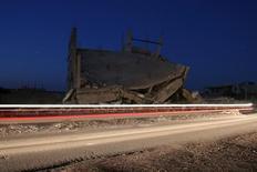 Разрушенные здания в сирийском городе Бусра аль-Харир, подконтрольном повстанцам. Предположительно российские самолеты во вторник нанесли удар по лагерю беженцев, расположенному вдоль северо-восточной части сирийско-иорданской границы, в результате чего 12 человек погибли и множество пострадали, сообщили повстанцы. Это первый подобный российский удар вблизи границы Иордании. REUTERS/Alaa Al-Faqir
