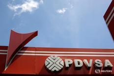 El logo de la empresa petrolera estatal venezolana PDVSA es fotografiado en una estación de gasolina en Caracas, Venezuela, 30 de junio de 2016. PDVSA ha emitido 831 millones de dólares en notas de crédito en lo que va del año para saldar parte de sus facturas pendientes con empresas proveedoras de servicios, según su más reciente informe financiero. REUTERS/Carlos Garcia Rawlins
