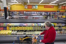 """L'économie américaine a continué de croître de mi-mai jusqu'à fin juin mais il n'y a guère de signe de redressement de l'inflation dans un avenir proche, écrit la Réserve fédérale dans son """"livre beige"""" publié mercredi. /Photo d'archives/REUTERS/Lucas Jackson"""