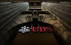 The logo of Swiss bank UBS is seen on a building in Zurich, Switzerland December 19, 2012.  REUTERS/Michael Buholzer/File Photo
