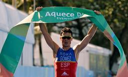 Javier Gomez Noya of Spain celebrates after winning the men's triathlon at the ITU World Olympic Qualification event on Copacabana beach in Rio de Janeiro, Brazil, August 2, 2015. REUTERS/Sergio Moraes/File Photo