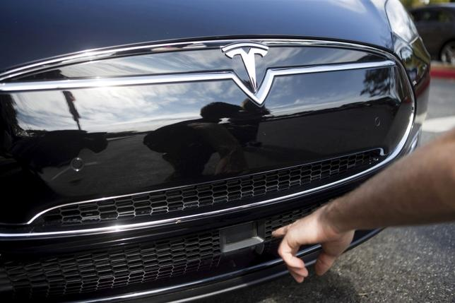 The radar technology of a Tesla Model S containing Autopilot features is pointed out during a Tesla event in Palo Alto, California, U.S., October 14, 2015.  REUTERS/Beck Diefenbach/File Photo