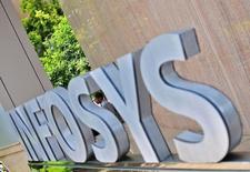 Логотип Infosys рядом с кампусом компании в Бангалоре. Индийский IT-гигант Infosys Ltd предупредил, что не сможет достичь  предыдущего целевого показателя выручки на текущий финансовый год, ухудшив прогноз после того как прибыль в первом квартале оказалась ниже ожиданий, а решение Великобритании выйти из Евросоюза омрачило перспективы развития компании. REUTERS/Abhishek Chinnappa