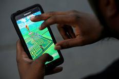 """Un mapa virtual del parque Bryant desplegada en la pantalla de un teléfono mientras un hombre juega """"Pokemon Go"""" desarrollado por Nintendo, Ciudad de Nueva York, Estados Unidos, 11 de julio de 2016. REUTERS/Mark Kauzlarich/File Photo"""