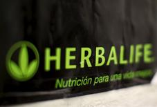 Herbalife Ltd acordó pagar 200 millones de dólares y cambiar la forma en que hace negocios para evitar ser etiquetada por los reguladores como una trama piramidal. En la imagen, un logo de Herbalife en una clínica en San Francisco, California, el 29 de abril de 2013.  REUTERS/Robert Galbraith