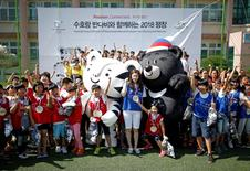 "The Pyeongchang Organizing Committee for the 2018 Olympic and Paralympic Winter Games (POCOG) Honorary Ambassador Kim Yuna (C) poses for photographs with mascots ""Soohorang"" and ""Bandabi"" during their launching ceremony in Pyeongchang, South Korea, July 18, 2016. REUTERS/Kim Hong-Ji"