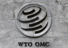 Логотип ВТО на ее штаб-квартире в Женеве. Европейский Союз в третий раз подал иск против введённых Китаем ограничений на экспорт сырья, присоединившись таким образом к США в иске против Пекина в рамках Всемирной торговой организации (ВТО).  REUTERS/Denis Balibouse