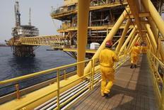 """Imagen de archivo de unos trabajadores en la plataforma petrolera de Pemex """"Ku Maloob Zaap"""" en la bahía mexicana de Campeche, abr 19, 2013. El regulador del sector petrolero mexicano aprobó el martes licitar 15 bloques en contratos de producción compartida para la exploración y extracción de hidrocarburos en aguas someras del Golfo de México.  REUTERS/Victor Ruiz Garcia"""