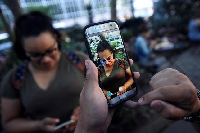 7月20日、IT系ニュースサイトのテッククランチは、関係筋の話として、同日に予定されていた「ポケモンGO(ゴー)」の日本でのローンチが延期されたと報じた。写真はニューヨークで11日撮影(2016年 ロイター/Mark Kauzlarich)