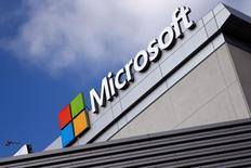 Логотип Microsoft в Лос-Анжелесе. Microsoft Corp во вторник отчиталась о квартальной выручке, превысившей прогнозы благодаря резкому росту облачного бизнеса. REUTERS/Lucy Nicholson/File Photo