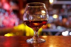 Бокал коньяка в баре Манхэттена. Французская компания-производитель алкогольных напитков Remy Cointreau сообщил, что рост продаж замедлился в первом квартале, отражая снижение выручки от реализации продукции в Азии, несмотря на сильный спрос на ее премиальный коньяк в США. REUTERS/Mike Segar/Files