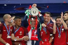 Técnico da seleção de Portugal, Fernando Santos, segurando troféu após vitória da Euro 2016.    10/07/2016 REUTERS/Carl Recine Livepic