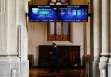 El impulso de los grandes valores liderados por Iberdrola llevó al selectivo español a recuperar holgadamente la cota de los 8.500 puntos, en línea con otras bolsas europeas a la espera de que el jueves el Banco Central Europeo celebre su primera reunión post Brexit. En la imagen, unos paneles electrónicos muestran cotizaciones en la Bolsa de Madrid, el 24 de junio de 2016.  REUTERS/Andrea Comas