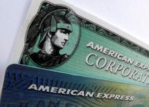 American Express a publié mercredi un bénéfice trimestriel en hausse de 37%, porté par la hausse des dépenses de ses clients et la réduction de ses coûts après la vente d'un portefeuille de prêts. /Photo d'archives/REUTERS/Mike Blake