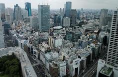 El Gobierno japonés planea un paquete de estímulos de al menos 20 billones de yenes (186.600 millones de dólares) para ayudar a la economía a salir de la deflación y protegerla de posibles efectos adversos de la salida de Reino Unido de la Unión Europea, informó el martes Kyodo, que citó fuentes cercanas al tema. En la imagen, el disito financiero Akasaka de Tokio, Japón, el 19 de julio de 2016. REUTERS/Toru Hanai