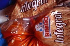 Varios productos del Grupo Bimbo en una estantería de una tienda en Ciudad de México, el 24 de septiembre de 2014. El mexicano Grupo Bimbo dijo el jueves que concretó la compra de la española Panrico, por lo que comenzará a consolidar sus resultados financieros a partir del tercer trimestre del año. REUTERS/Edgard Garrido