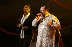Queen Latifah (L) looks on as Ustad Rahat Fateh Ali Khan performs at the Nobel Peace Prize Concert in Oslo December 11, 2014. REUTERS/Suzanne Plunkett