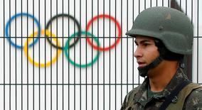 Militar patrulha cerca de segurança do lado de fora do Parque Olímpico do Rio de Janeiro 21/07/2016 REUTERS/Fabrizio Bensch